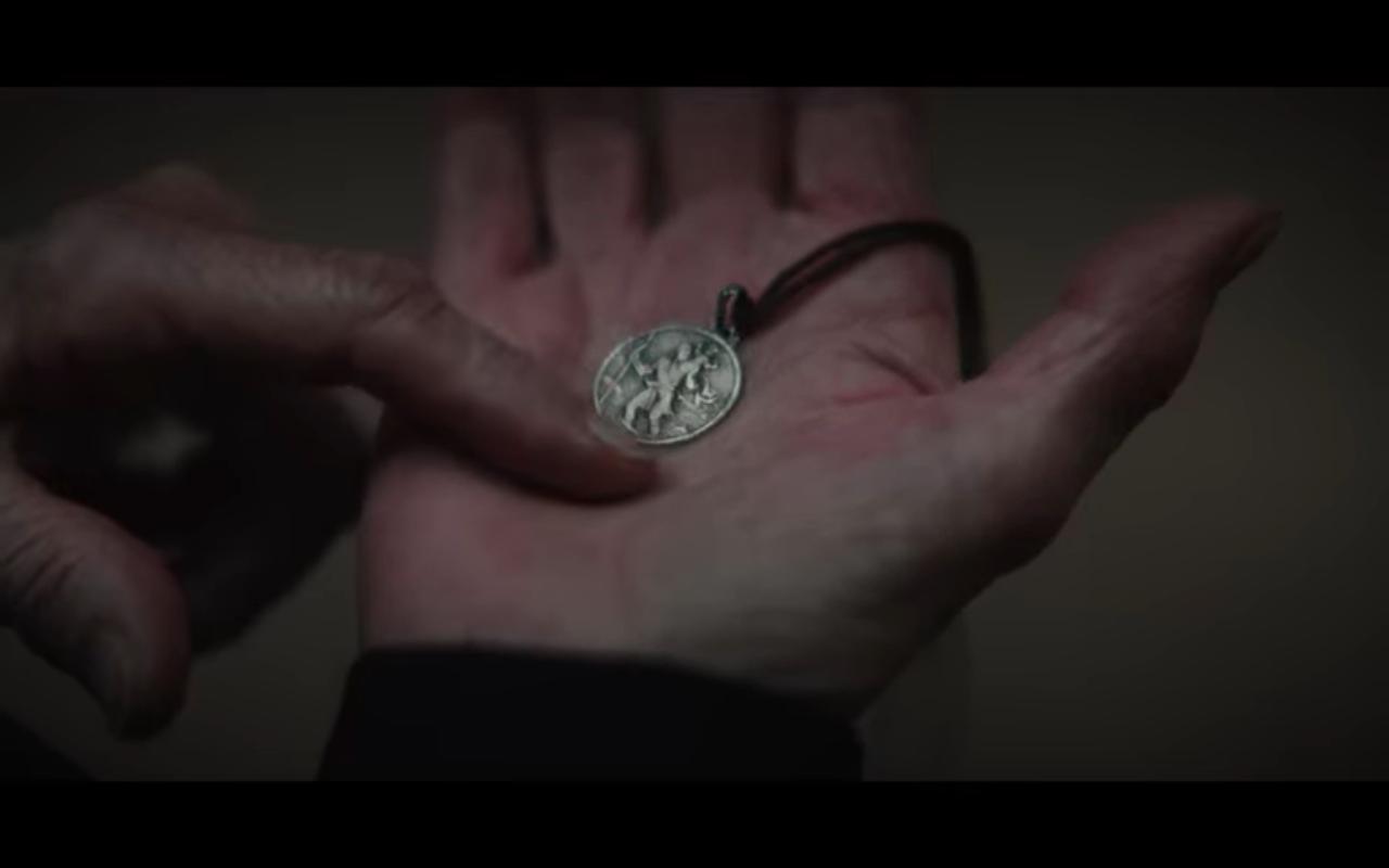 Dark S3Ep8 Eva Holds St Christopher's Medal