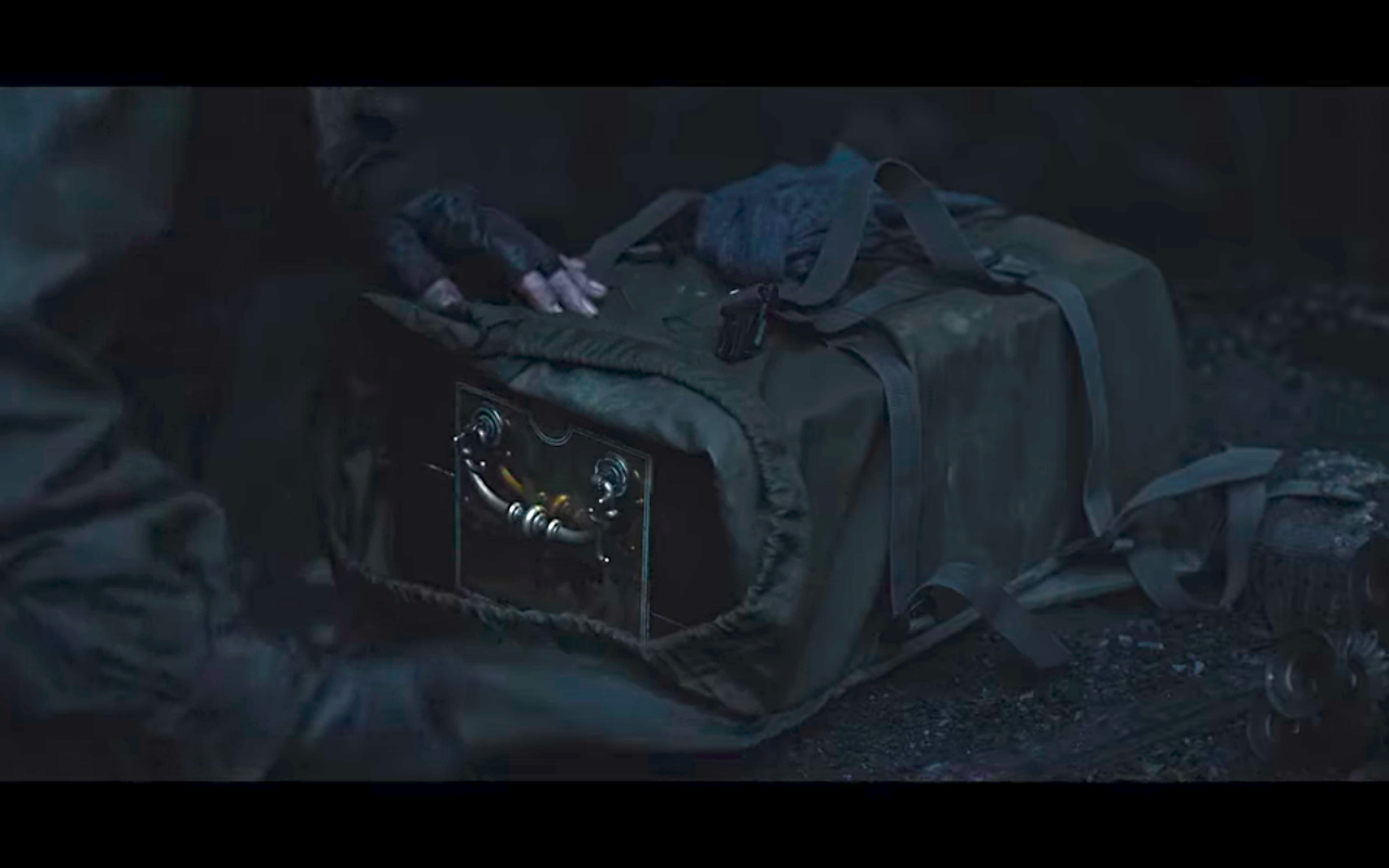 Dark S3Ep8 What's Inside Claudia's Backpack?